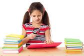 девушка с книгами и экранной лупы — Стоковое фото
