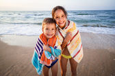 Two smiling kids on the beach — Stock Photo