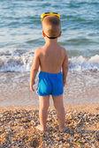 Kid in diving mask on the beach — ストック写真