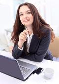 周到业务办公室微笑的女人. — 图库照片