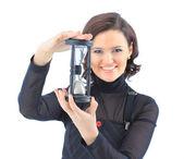 Mooi zakenvrouw, met de zandloper. geïsoleerd op een witte achtergrond. — Stockfoto