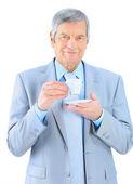 L'homme d'affaires en âge, boire du café. isolé sur fond blanc. — Photo