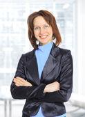 Schöne geschäftsfrau im büro. — Stockfoto