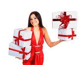 Hermosa chica con regalos de navidad. — Foto de Stock