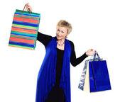 Mooie vrouw in een campagne achter aankopen. — Stockfoto