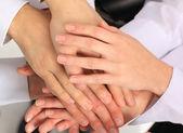 Team di business, mettendo le mani in cima a vicenda — Foto Stock