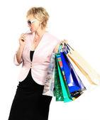 Mujer hermosa en una campaña detrás de las compras. — Foto de Stock