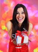 Schönes mädchen mit weihnachtsgeschenken. — Stockfoto