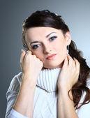 Krásná dívka v svetru. izolované na šedém pozadí. — Stock fotografie