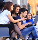 Grupo de estudantes feliz. — Foto Stock