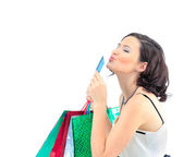 Shopping donna felice prendere carta di credito e shopping bag — Foto Stock