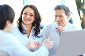 Affaires souriant avec le travail du papier dans la salle du conseil — Photo