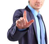 Hombre de negocios empujando en una interfaz de pantalla táctil — Foto de Stock