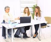 Skupina dobrých podnikatelů diskutovat o pracovních plánů. — Stock fotografie