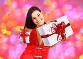 Linda menina com presentes de natal. — Foto Stock