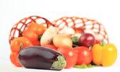 Composición con verduras crudas y cesta de mimbre aislado en wh — Foto de Stock