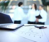 Grafy, grafy, tabulky obchodních. pracoviště podnikání — Stock fotografie