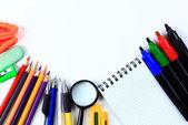 Accesorios de oficina y estudiante en un blanco. vuelta al concepto de escuela. — Foto de Stock