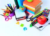 白でオフィスおよび学生のアクセサリー。学校概念に戻る. — ストック写真
