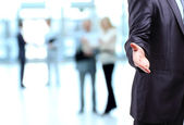 De zakenman. hand voor een handdruk. de sluiting van de transactie. — Stockfoto