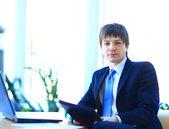 Ein junger geschäftsmann im büro. — Stockfoto