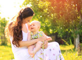 Beautiful Mother And Baby outdoors. Nature. Beauty Mum and her Child playing in Park together — Stock Photo