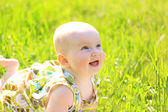 Güzel bebek kız bahçede yaz portresi — Stok fotoğraf