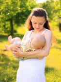 Beauty Mum and her Child playing in Parktogether — Stock Photo