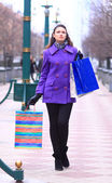 Vacker flicka gick på gatan. — Stockfoto