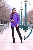 Bella ragazza, camminando per la strada. — Foto Stock
