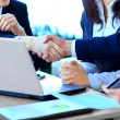 Business people shaking hands — Stockfoto