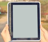 Femelles mains tenant un gadget d'ordinateur tablette tactile avec écran isolé — Photo