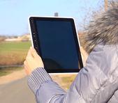 隔離された画面とタブレット タッチ コンピューター小道具を保持している女性の手 — ストック写真