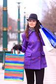通りを歩いて美しい少女. — ストック写真