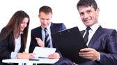 úspěšný obchodní muž stojící s jeho zaměstnanci v pozadí v kanceláři — Stock fotografie