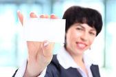 女商人,在 40 多岁持商务卡 — 图库照片