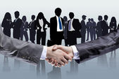 Close-up of business people shaking hands to confirm their partnership — 图库照片