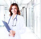 Doctor sonriente mujer médica en hospital — Foto de Stock
