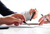 La main avec un crayon. finances et affaires comptables. — Photo