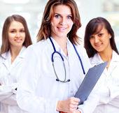Grup gülümseyen hastane iş arkadaşlarınızla birlikte duran bir portresi — Stok fotoğraf