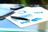 Finansiella diagram på bordet med Tablet Pc och digital penna — Stockfoto