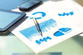 Финансовые графики на столе с планшета и пера — Стоковое фото