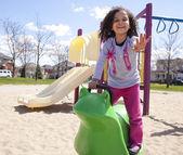 Klein meisje spelen in park — Stockfoto