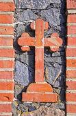 Historical cemetery gate bricks cross — 图库照片