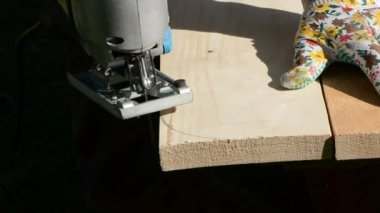 Carpenter cut plank with electric saw — Stock Video #12798851