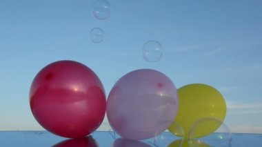 Balloons on mirror and soap bubbles — Stock Video