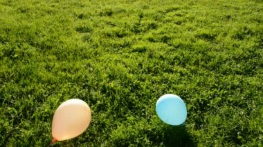 Balloons flight in evening light and green grass — Vidéo