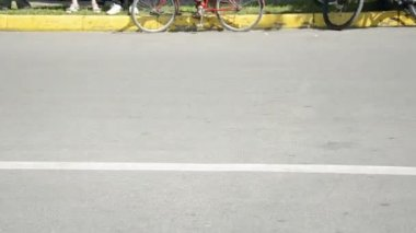 Motocykl rowerzystów w mieście ulicy — Wideo stockowe