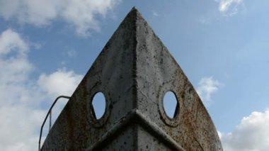 старый корабль фрагмент и небо облака летать — Стоковое видео