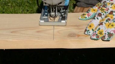Cut with electric saw wooden plank — Stockvideo